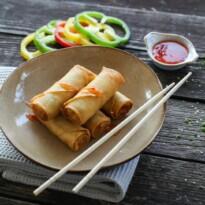 Pachețele de primăvară cu legume asiatice și sos sweet-chilli
