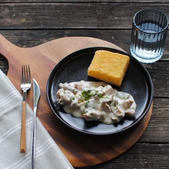 Pui în sos de smântână și ciuperci, cu mămăligă friptă